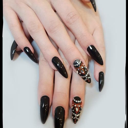 En vous souhaitant  un excellent week-end, nous vous laissons une petite idée pour vos ongles 💅🌞