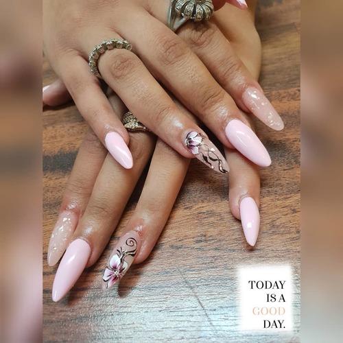 Pour contourner les jours de pluie hivernales,  nous vous inspirons avec une manucure très naturelle avec un jolie nail-art. 💅  Produits utilisés:   Gel Builder Make up1 (réf. GE81) Couleur Hybride (réf. VP013-11) Couleur Hybride Paint (réf. GP227)  #cnailpro #nailart #manucuregel #gelpolishnails #nails #nailsofinstagram